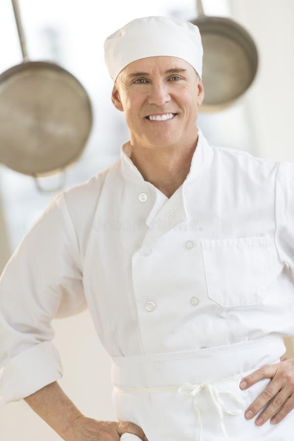 Ufna szef kuchni pozycja W Handlowej kuchni obrazy royalty free