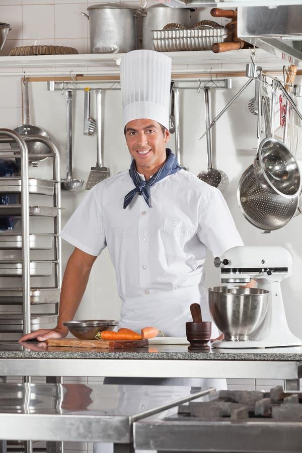 Ufna szef kuchni pozycja W Restauracyjnej kuchni obraz royalty free