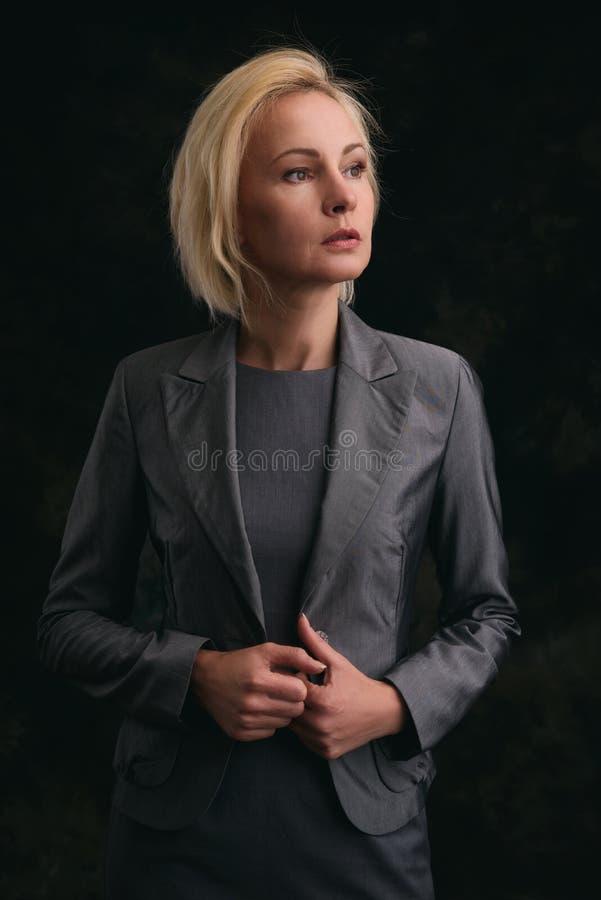 Ufna w średnim wieku biznesowa kobieta zdjęcie royalty free