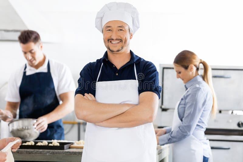 Ufne szef kuchni pozyci ręki Krzyżować Podczas gdy zdjęcie stock