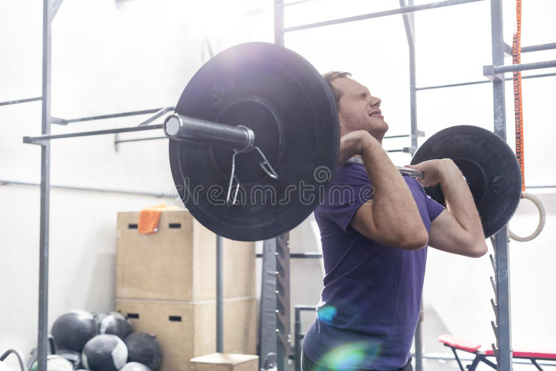 Ufnego mężczyzna podnośny barbell w crossfit gym zdjęcia stock