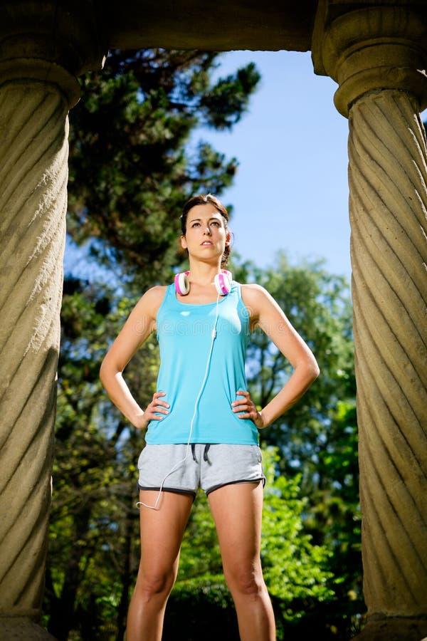 Ufnej silnej sprawności fizycznej żeńska atleta zdjęcie royalty free