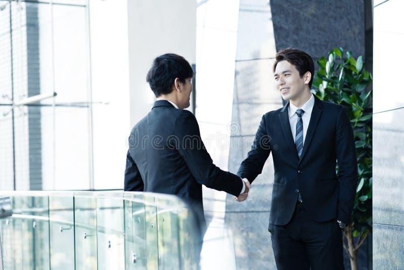Ufni biznesmeni trząść ręki i ono uśmiecha się zdjęcie royalty free