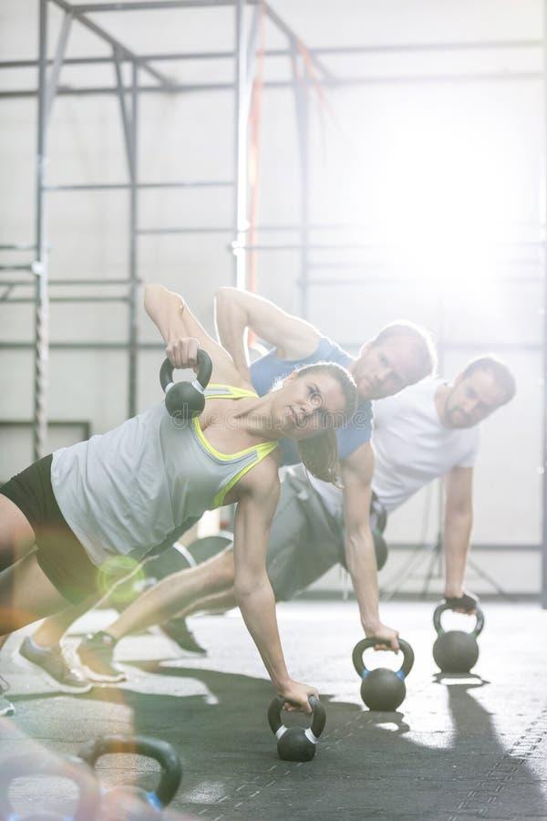 Ufni ludzie ćwiczy w crossfit gym obrazy royalty free