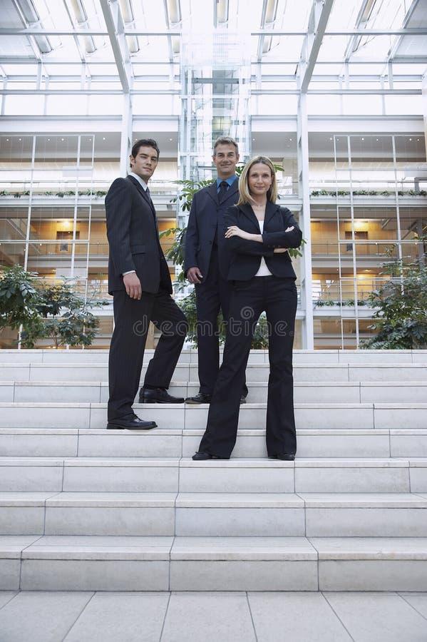 Ufni ludzie biznesu Stoi Na zewnątrz biura zdjęcie stock