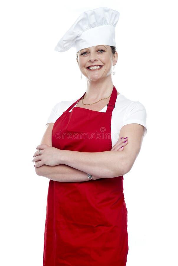 Ufny żeński szef kuchni target1042_0_ z krzyżować rękami obrazy royalty free