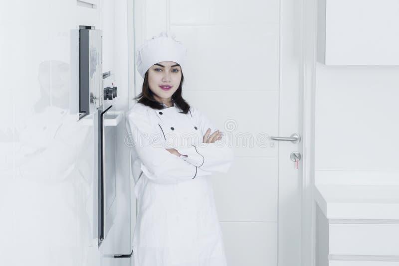 Ufny żeński szef kuchni w kuchni obraz stock