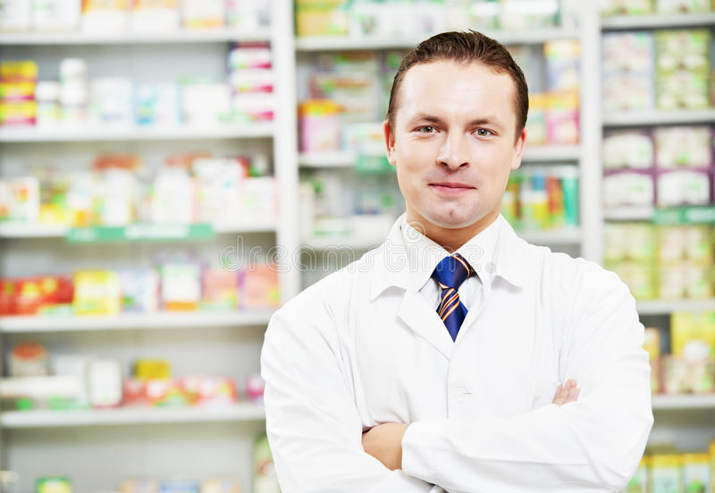 Ufny apteki chemika mężczyzna w aptece obrazy stock