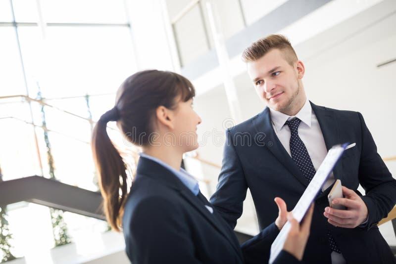 Ufny biznesmen Dyskutuje Z kolegą Nad schowkiem obraz stock