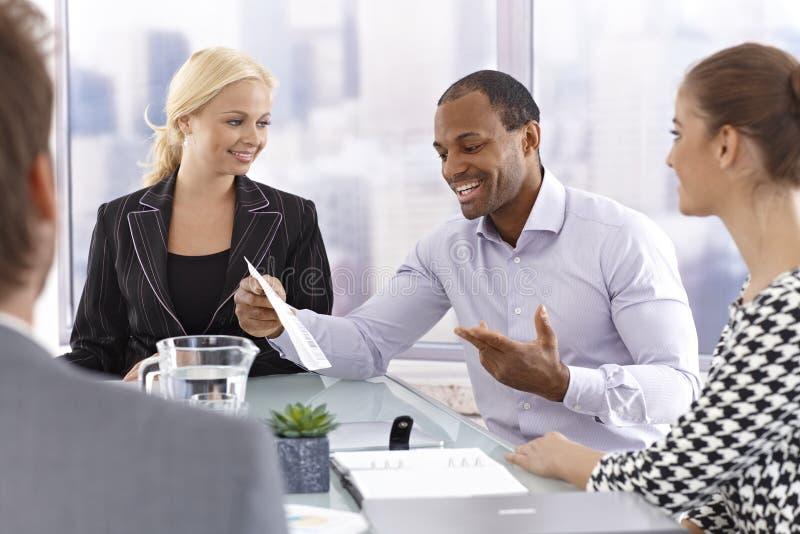 Ufny biznesmen opowiada przy spotkaniem zdjęcie stock