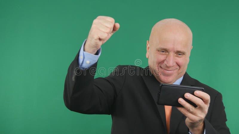 Ufny biznesmena wizerunek Czyta telefonowi komórkowemu Dobry Pieniężnej wiadomości Gestykulować Szczęśliwy zdjęcia royalty free