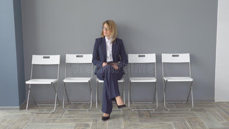 Ufny biznesowej kobiety mienie w ręki pastylki komputerze Atrakcyjna kobieta w biznesie odziewa przy biurem Portret obrazy royalty free