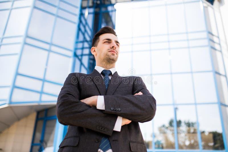 Ufny biznesowy ekspert Rozważna młoda biznesmena mienia ręka na podbródku i patrzeć kamerę podczas gdy stojący outdoors z fotografia stock