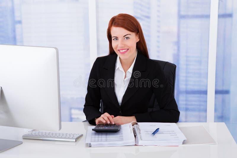 Ufny bizneswomanu cyrklowania podatek zdjęcie royalty free