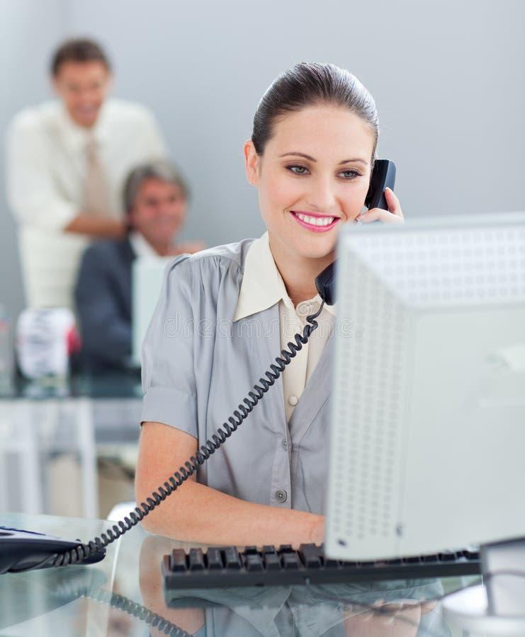 ufny bizneswomanu telefon zdjęcie stock