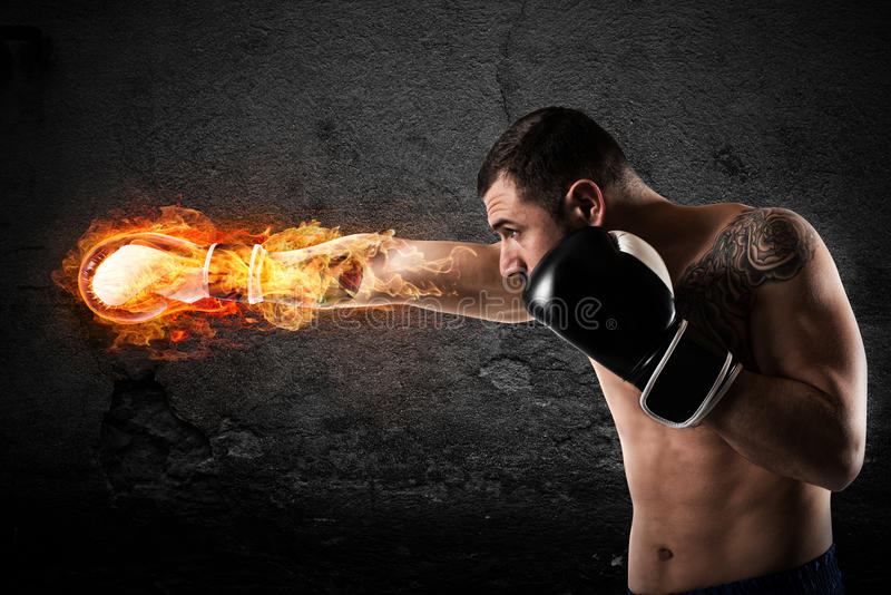 Ufny bokser z ognistymi bokserskimi rękawiczkami zdjęcie stock
