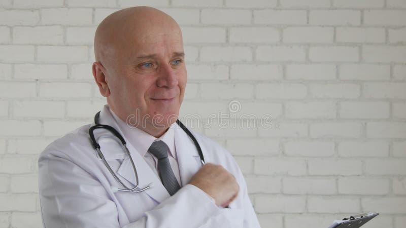 Ufny Doktorski uśmiech Bierze pióro i Pisze Medycznym przepisie fotografia royalty free