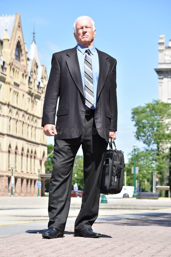 Ufny Dorosły Starszy dyrektor wykonawczy Jest ubranym kostiumu I krawata pozycję zdjęcia stock