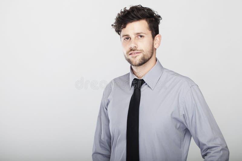 Ufny elegancki młody biznesowy mężczyzna zdjęcia stock