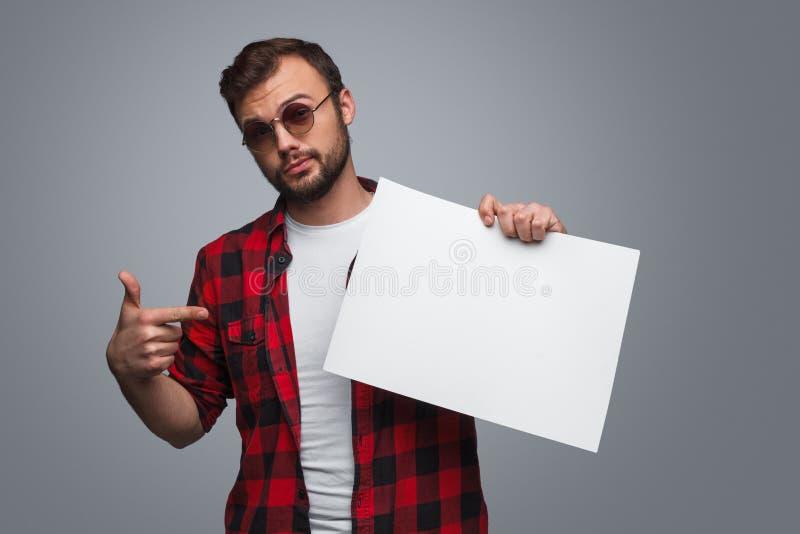 Ufny facet wskazuje przy białym pustym miejscem obrazy stock