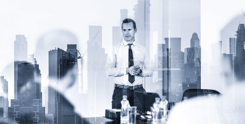 Ufny firma lider na biznesowym spotkaniu przeciw nowemu York miasta Manhattan drapacz chmur i budynk?w okno odbiciu zdjęcie stock