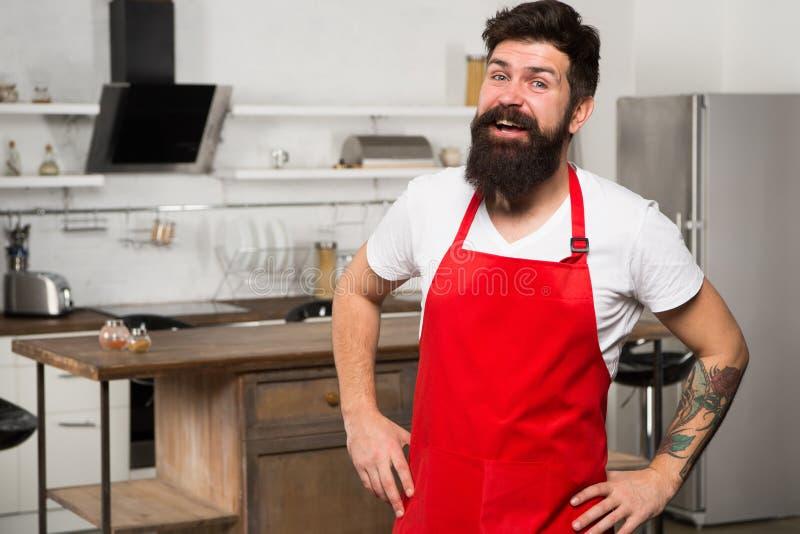 Ufny i doświadczony szef kuchni Modniś w kuchni buck dojrzałe Brodaty mężczyzny kucharz Restauracji lub kawiarni kucharz brodaty  obrazy royalty free