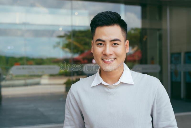 Ufny i pomyślny antrepreneur stoi z eleganckim strojem przed budynkiem biurowym, - zdjęcia stock