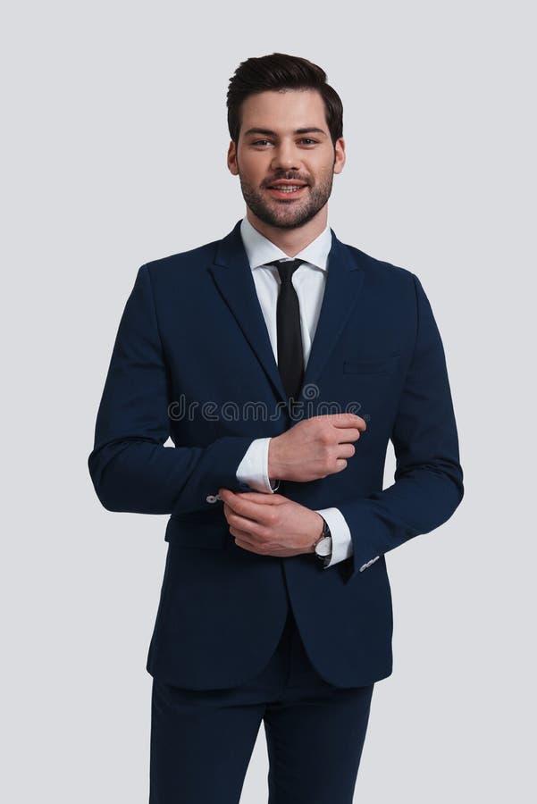 Ufny i przystojny Dobry przyglądający młody człowiek w pełnym kostiumu adju obraz stock