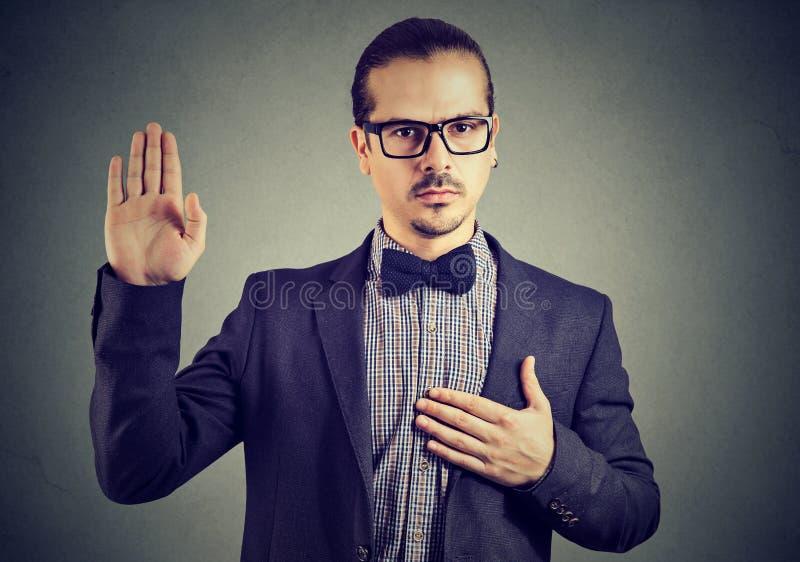 Ufny mężczyzna daje świętej obietnicie zdjęcia royalty free