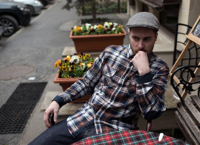 Ufny mężczyzna pozuje w selvedge cajgach fotografia royalty free
