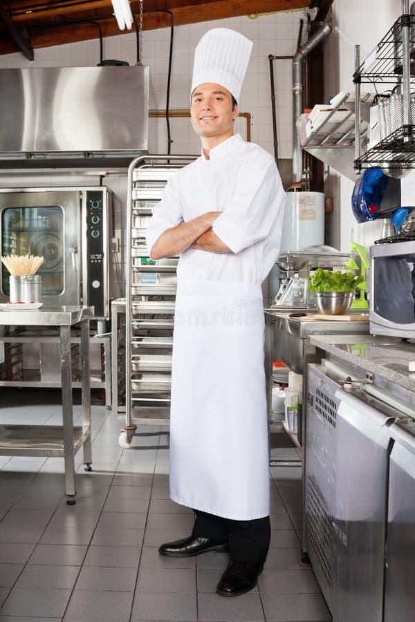 Ufny Męski szef kuchni W kuchni zdjęcia stock