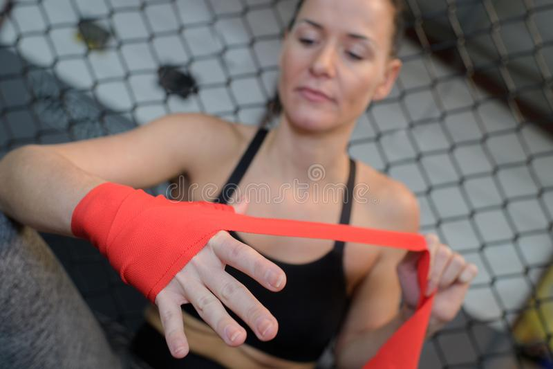 Ufny młody żeński bokser jest ubranym patkę na nadgarstku fotografia royalty free