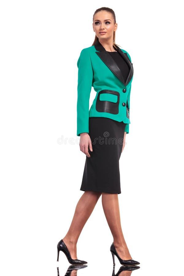 Ufny młody biznesowej kobiety odprowadzenie zdjęcia stock