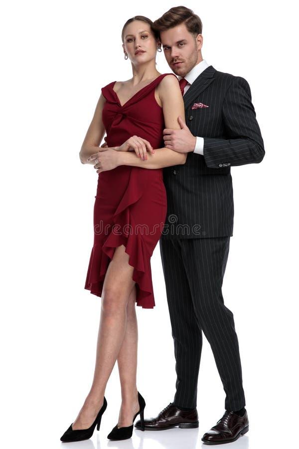 Ufny młody chłopak trzyma jego dziewczyny zdjęcie royalty free
