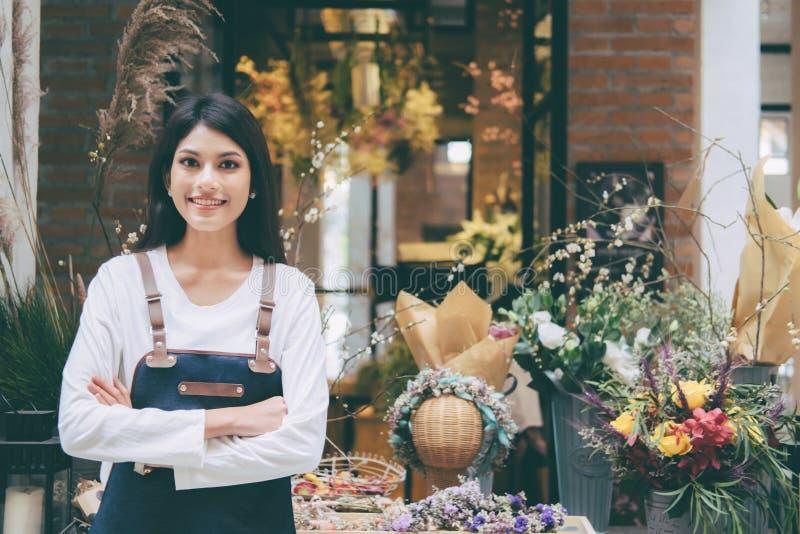 Ufny Młody właściciela biznesu kwiatu sklepu sklep obrazy royalty free