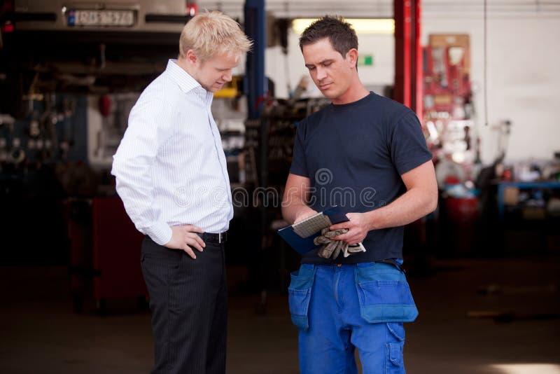 Ufny mechanik z klientem fotografia stock