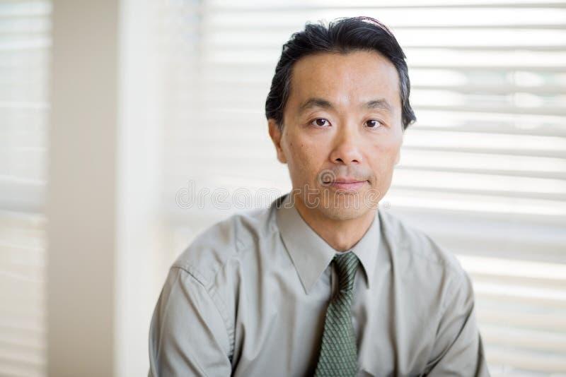 Ufny nowotworu specjalista W koszula I krawacie fotografia royalty free