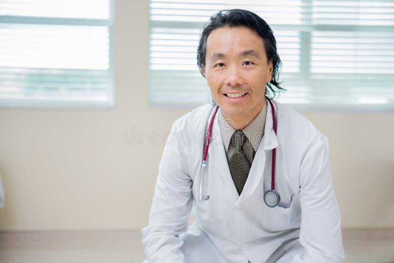 Ufny nowotworu specjalisty obsiadanie W szpitalu zdjęcie stock