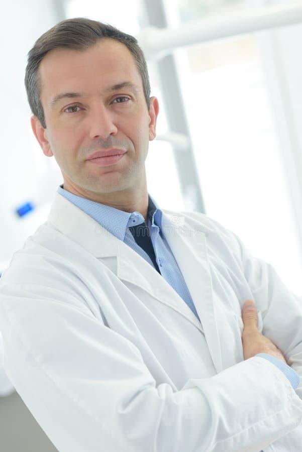 Ufny ogólny lekarz praktykujący przygotowywający pracować obraz stock