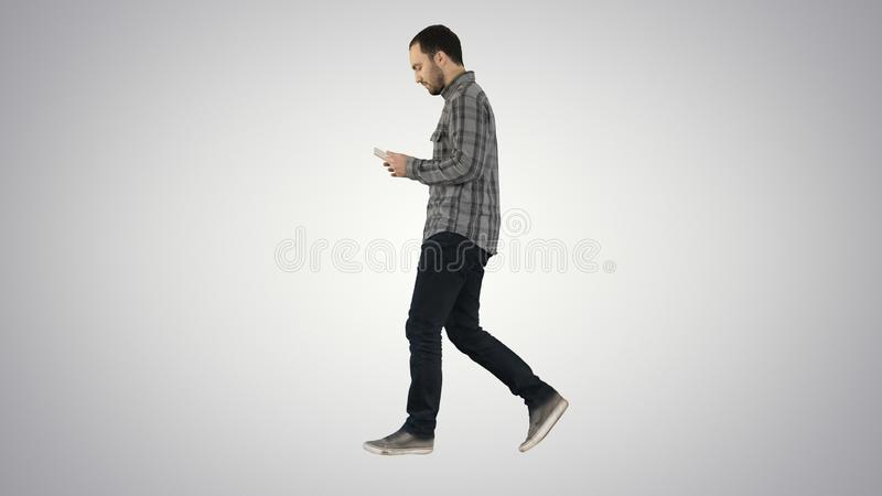 Ufny poważny mężczyzny odprowadzenie, działanie w pastylce na gradientowym tle i zdjęcie stock