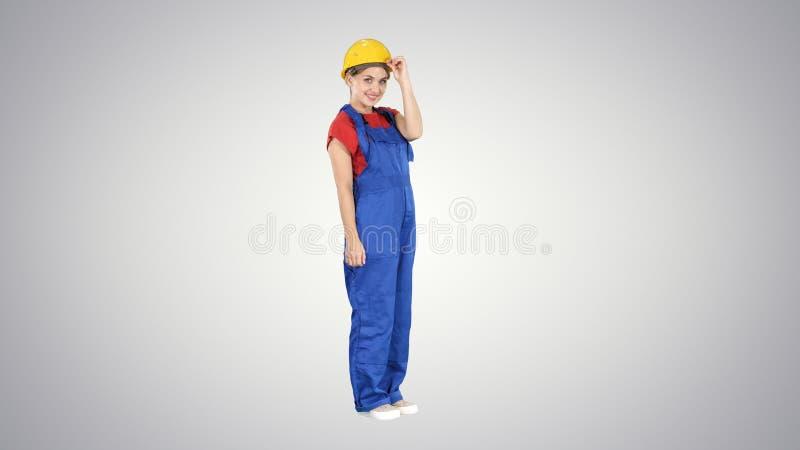 Ufny pracownik budowlany wita Mówi na gradientowym tle cześć obrazy royalty free