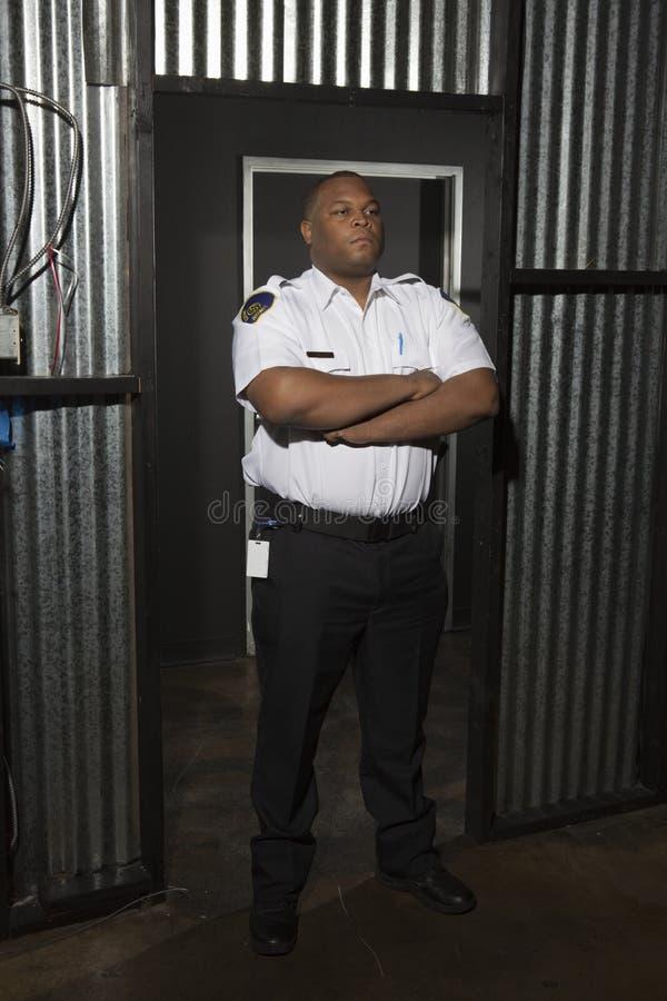 Ufny pracownik ochrony Przy Panwiowym metalu drzwi fotografia stock