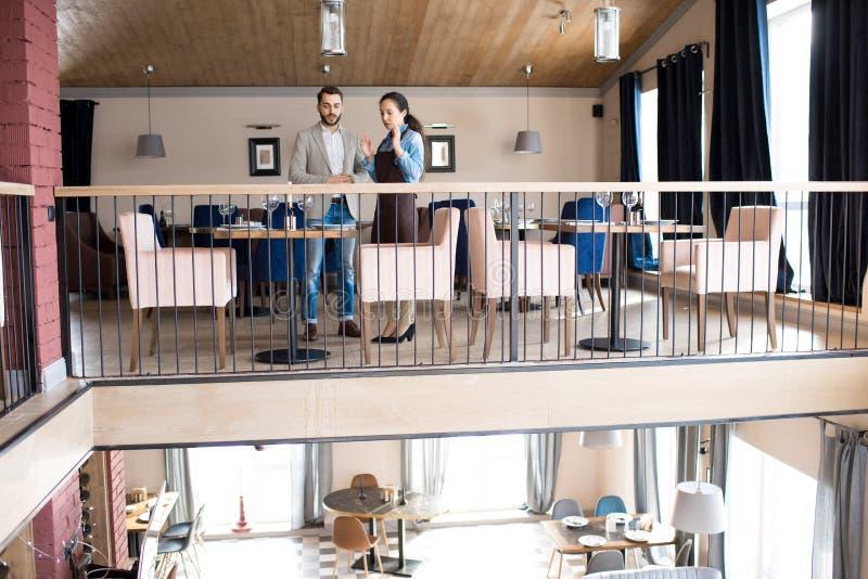 Ufny restaurator opowiada kelnerka obrazy royalty free