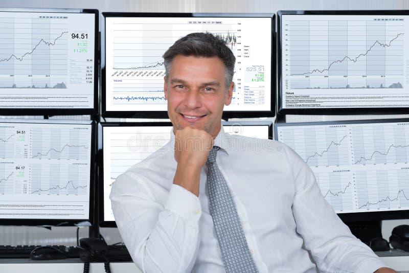 Ufny rynku papierów wartościowych makler Opiera Na biurku obrazy stock