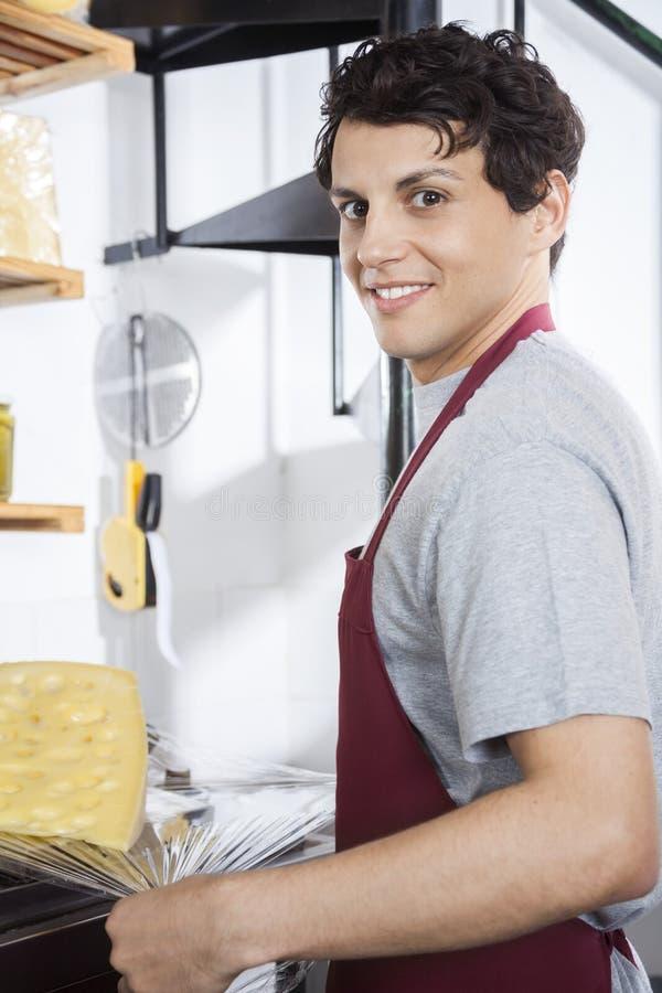 Ufny sprzedawcy kocowania ser Przy sklepem spożywczym fotografia royalty free