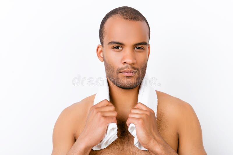 Ufny srogi młody oliwkowy nagi mężczyzna stoi na czystym w zdjęcia royalty free