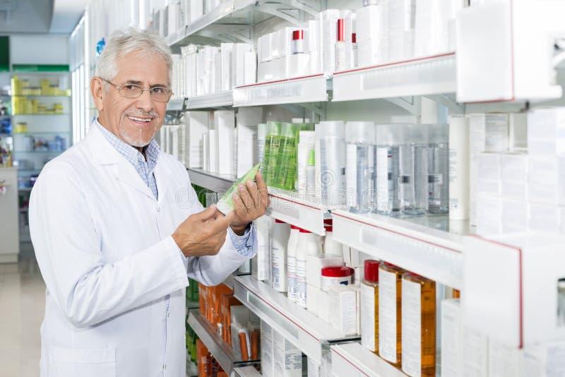 Ufny Starszy chemika mienia produkt W aptece zdjęcie stock