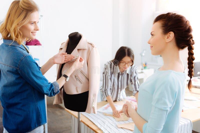 Ufny stylista sprawdza nową kurtkę obrazy royalty free