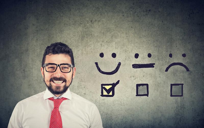 Ufny szczęśliwy biznesowy mężczyzna otrzymywał znakomitą ocenę dla satysfakcji ankiety obraz royalty free
