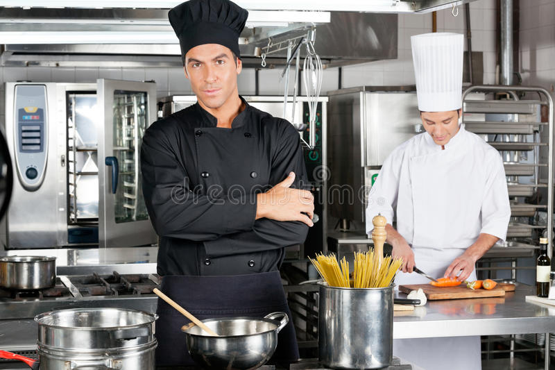 Ufny szef kuchni Z kolegą W kuchni obraz royalty free